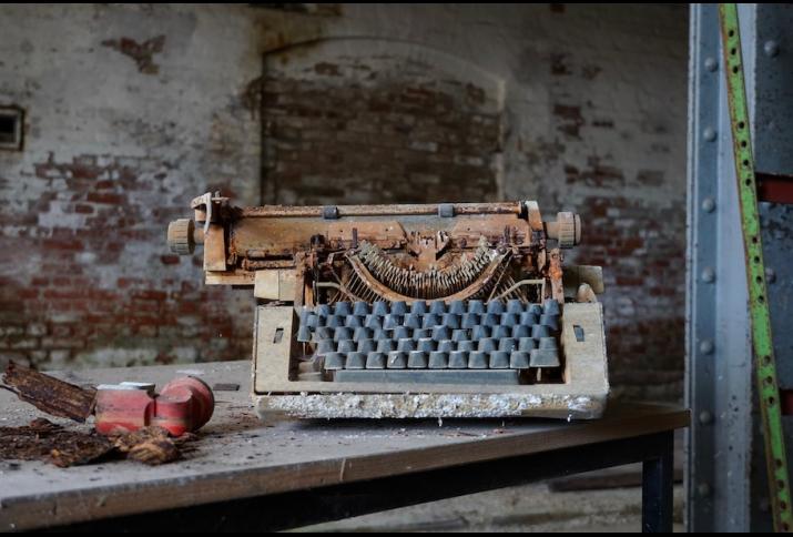 Foto: Schreibmaschine in einer verlassenen Fabrik, Sommer 2019. © Annette Vowinckel.