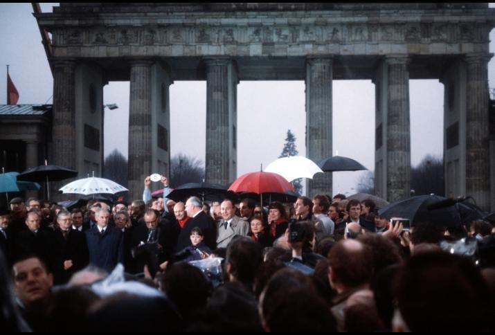 Die Eröffnung des Brandenburger Tores am 22. Dezember 1989 (erste Reihe, l-r): Chef des Presseamtes Hans Klein, DDR-Außenminister Oskar Fischer, Chef des Bundeskanzleramtes Rudolf Seiters, Vorsitzender des DDR-Ministerrates Hans Modrow, evangel. Bischof M