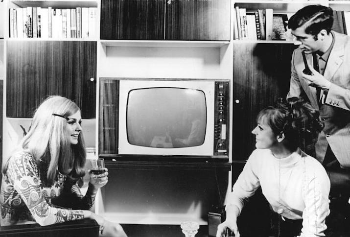 Personen mit Fernsehgerät