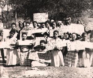 Bei Demonstrationen wurden, wie hier in Sambia, handgeschriebene Plakate hochgehalten.