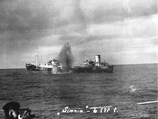 Untergang der Simnia (englisches Handelsschiff mit Ernest Sharrock an Board), fotografiert von dem deutschen Kriegsschiff Gneisenau 1941. Foto: privat. All rights reserved.