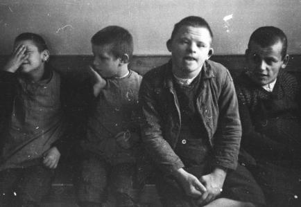 Jungen in der Heilanstalt Schönbrunn
