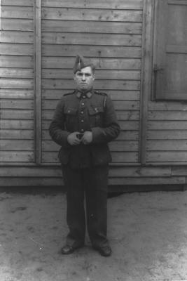 Roger Cottyn vor der LagerwerkstattStalag X B 1943. Foto: privat. All rights reserved.