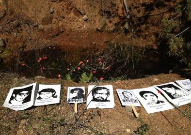 Das Grab der in der Colognia Dignidad während der Pinochet-Diktatur Gefolterten und Getöteten. Die Grabstelle wurde von der chilenischen Justiz bestätigt. Foto: Zazil-Ha Tronso, 12.September 2015 Wikimedia Commons, CC BY-SA 4.0