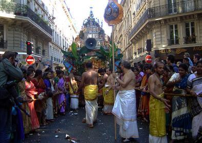 "Tamilisches Fest in Paris. Quelle: Wikimedia Commons, Foto ""Ganesh Paris 2004 DSC08471"" von Mai-Linh Doan, 2004 (CC BY-SA 3.0)"