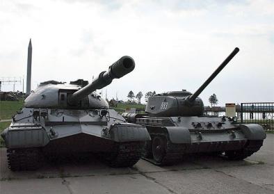 """Alte Panzer auf dem Gelände des Freilichtmuseums """"Stalin Linie"""" bei Minsk"""