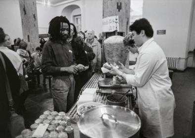 Döner-Verkauf in der Cafeteria im Hauptgebäude der Humboldt-Universität in Ost-Berlin, April 1990