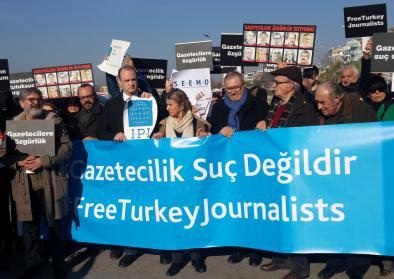 Türkische Journalisten demonstrieren gegen die Inhaftierung ihrer Kollegen
