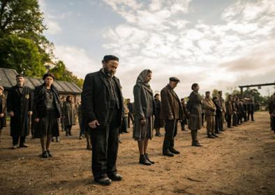 Filmstill aus Sobibor - Häftlinge stehen beim Appell