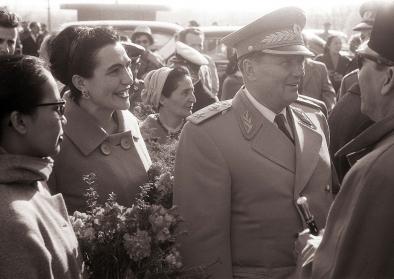 Tito und seine Frau Jovanka mit dem indonesischen Präsidenten Sukarno bei den Höhlen von Postojna, April 1960