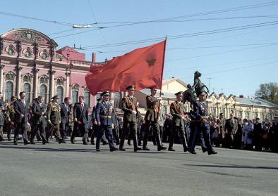 © RIA Novosti archive, image #807990 / Alexey Koksharov / CC-BY-SA 3.0. Titel: Participants of rally at Anichkov Bridge on Victory Day, 9 May 1998.