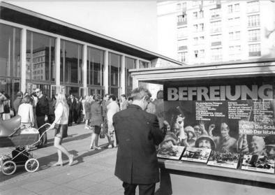 "© Joachim Spremberg, Bundesarchiv, Bild 183-L0508-0031 / CC-BY-SA. Titel: Berlin, Karl-Marx-Allee, Kino ""International"", 1972"