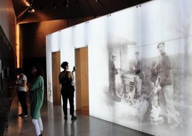 Ausstellungsraum des Museums in Markowa mit BesucherInnen
