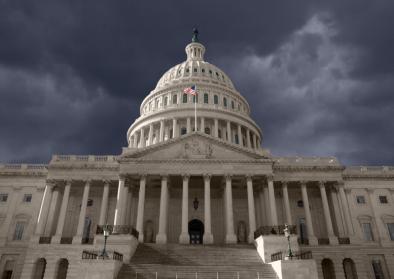 Foto vom dunkel umwölktem Kapitol