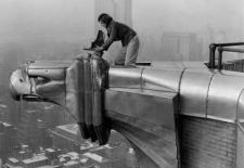 Margaret Bourke-White auf dem Chrysler Building, New York 1930, Photographed for LIFE Magazine.  @ User: kristine - no longer uploading, Chrysler Building, New York 1930, 07.12.2010. Quelle: Flickr (CC BY-NC 2.0)