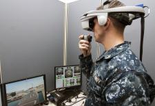 Ein U.S. Navy Offizier testet einen virtuellen Schiffssimulator.  © User: Official U.S. Navy Page, An officer tests a virtual shipboard trainer, 21.11.2012. Quelle: Flickr (CC BY 2.0)