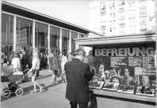 "© Joachim Spremberg, Bundesarchiv, Bild 183-L0508-0031 / CC-BY-SA. Titel: Berlin, Karl-Marx-Allee, Kino ""International"", 1972"