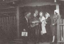 Enthusiasten der lokalen Laienspielgruppe nach der Probe vor dem Dorfklub, 1975