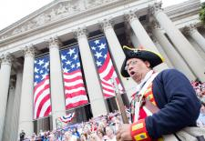 National Archives Image - 20160704-15 (28091367295).jpg Weitere Einzelheiten Revolutionary War soldier Ned Hector boos actions of the King of England during the reading of the Declaration of Independence at the National Archives in Washington, DC. N