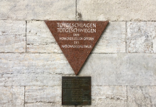 Rosa Winkel – Gedenktafel für die im Nationalsozialismus verfolgten Homosexuellen, Berlin Nollendorfplatz