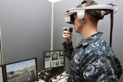 Ein U.S. Navy Offizier testet einen virtuellen Schiffssimulator.  © User: Official U.S. Navy Page, An officer tests a virtual shipboard trainer, 21.11.2012. Quelle: Flickr (CC BY 2.0)