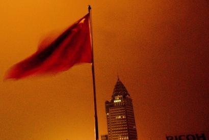 Chinesische Flagge über Shanghai