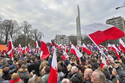 """Eine vom """"Komitee zur Verteidigung der Demokratie"""" (Komitet Obrony Demokracji, KOD) organisierte Demonstration vor dem Sejm in Warschau im Dezember 2015. Foto: Adrian Grycuk, Wikimedia Commons, CC BY-SA 3.0 PL"""