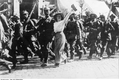 Foto: Der Auszug deutscher Soldaten aus ihrer Garnisonsstadt, Mobilmachung 1. Weltkrieg am 1. August 1914.  Quelle: Wikimedia Commons. Bundesarchiv: Bild183-25684-0004. Lizenz: CC BY-SA 3.0 DE.