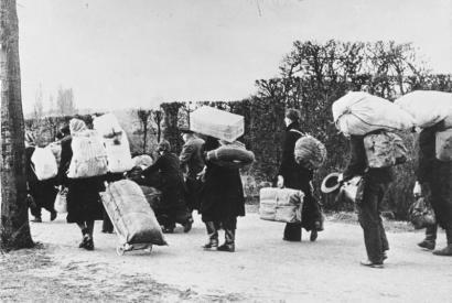 Flüchtlinge 1945. In Richtung Westen bewegen sich die zahllosen Flüchtlinge © Bundesarchiv, Bild 146-1985-021-09, Fotograf: unbekannt. Quelle: Wikimedia Commons (CC-BY-SA 3.0 DE), User: Thgoiter. Datum: 12.01.2014.