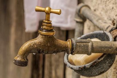 Wasserhahn und Seife