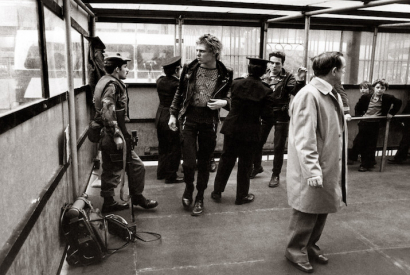 Paul Simonon (l.) und Joe Strummer (r.) von The Clash an einem Checkpoint in Belfast, Oktober 1977.