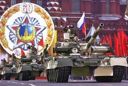 T-80BV Panzer, Roter Platz, Moskau. Militärparade zum 60. Jahrestag des Sieges im 2. Weltkrieg. 9. Mai 2005.
