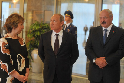 Russian President Vladimir Putin speaks to EU High Representative for Foreign Affairs and Security Policy Catherine Ashton as Belarus President Alexander Lukashenko looks on before the meeting of the presidents of the Customs Union countries with the Ukra