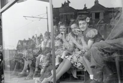Lachende Mädchen im Schaufenster nach der Befreiung der Niederlande 1945