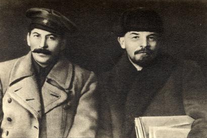 Stalin und Lenin im März 1919. In einer ersten Version des Fotos befand sich Kalinin (an der Seite Lenins) mit auf dem Bild, er wurde später wegretuschiert.