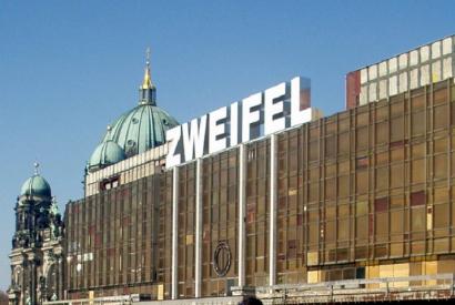 """Palast der Republik 2005 mit einer großen Überschrift """"Zweifel"""""""