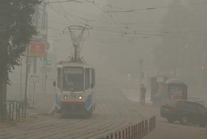 Tram fährt durch den von Torfbränden verursachten Rauch in Moskau