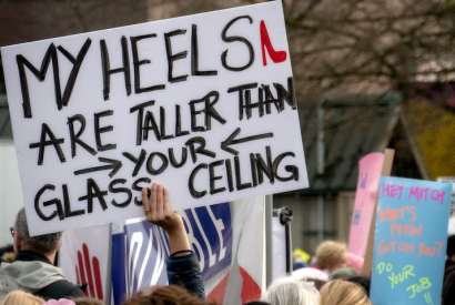 Plakat auf dem Seattle Women's March mit der Aufschrift My Heels are taller than your glass ceiling!