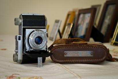 Foto einer Kodak Retina 1 mit Bilderrahmen im Hintergrund