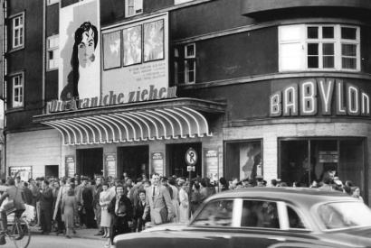 """Berlin, Luxemburgplatz, Kino """"Babylon"""" 1958, Erstaufführung des Films """"Die Kraniche ziehen"""""""
