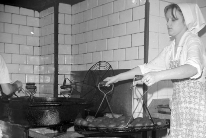 Eine polnische Köchin bei der Arbeit