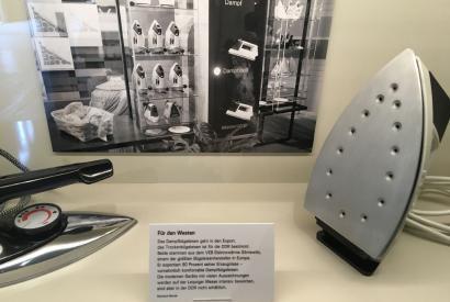 Trocken- und Dampfbügeleisen des VEB Elektrowärme Sörnewitzin der Ausstellung der Kulturbrauerei.
