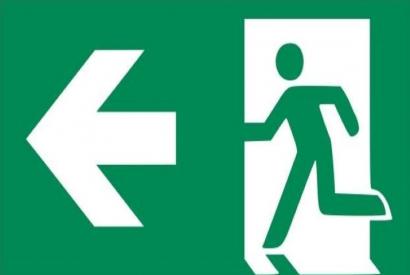 Rettungszeichen E002: Rettungsweg/Notausgang mit Zusatzzeichen (Richtingspfeil)