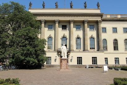 Foto: Frontansicht des Hauptgebäudes der Humboldt-Universität Unter den Linden.