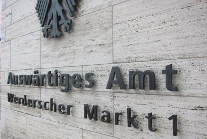 Schild an der Fassade des Auswärtigen Amts in Berlin