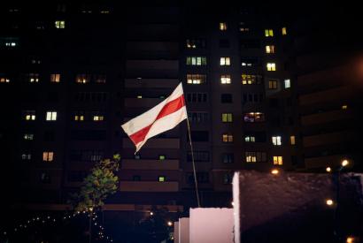 Flagge der belarusischen Opppsition in der Nacht