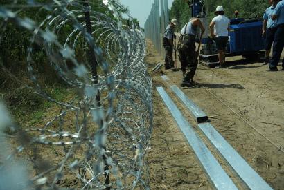 Der Bau der ungarisch-serbischen Grenze, Südungarn am 12. August 2015 Foto: Andrea Schmidt/ Délmagyarország[CC BY-SA 3.0], via Wikimedia Commons