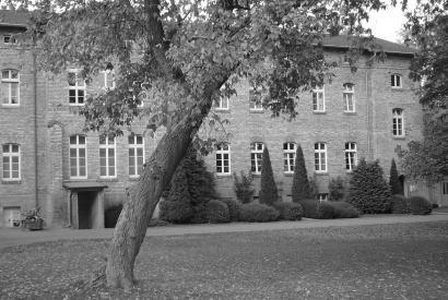Schwarz-Weiße Außenansicht des Das ehemaligen Tötungsgebäudes der Anstalt in Bernburg, 3. April 2006.