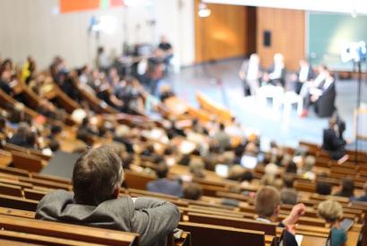 Voll besetzter Vorlesungssaal der Universität Göttingen beim Historikertag 2014