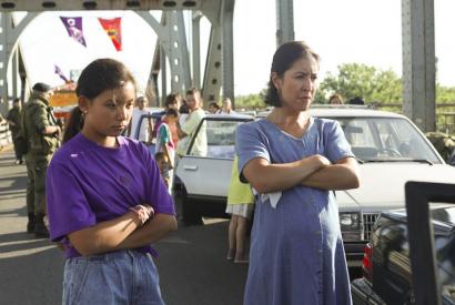 Beans (Kiawentiio) und ihre Mutter (Rainbow Dickerson)an der Protestbarrikade auf der Brücke